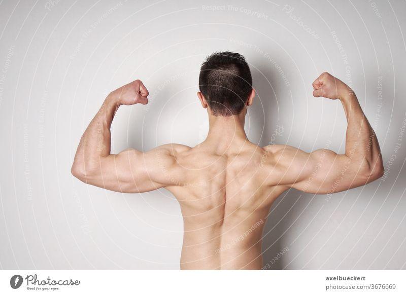 Mann, der Bizeps und Rückenmuskeln anspannt Bodybuilder Muskeln Stärke Kraft stark Arme Bodybuilding männlich Körper muskulös passen Fitness sportlich Athlet