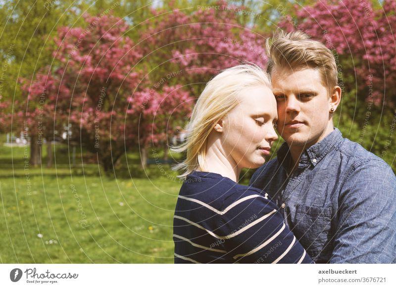 junges verliebtes Paar, das sich in der Natur umarmt Liebespaar Frühlingsgefühle Umarmung Zusammensein Verliebtheit Glück kuscheln Umarmen Park