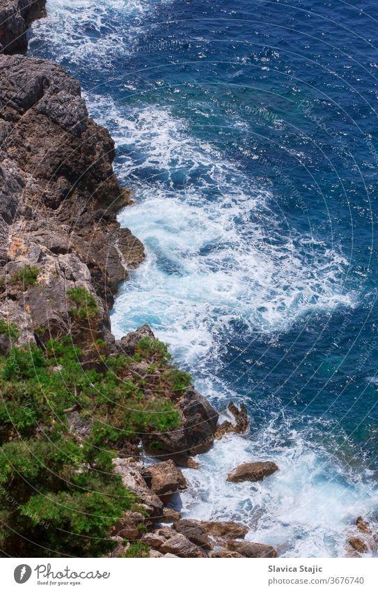 Luftaufnahme einer Felsenküste Wasser Natur reisen MEER Stein Landschaft Meer Farbe oben Antenne Hintergrund blau Küste Küstenstreifen Küstenlinie Europa