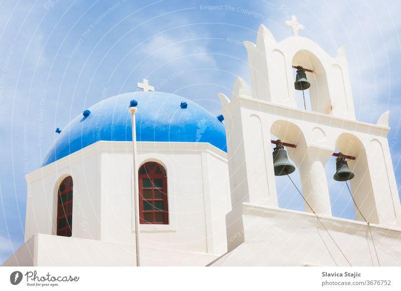 Berühmte schöne orthodoxe Kirche mit blauer Kuppel in Oia auf der Insel Santorin, Griechenland ägäisch Architektur Gebäude Caldera Küste Kultur Kykladen Tag