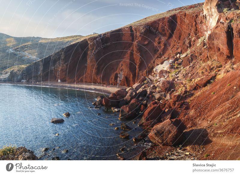 Berühmter Roter Strand mit vulkanischem Sand und felsiger Küste auf der Insel Santorin , Akrotiri, Südägäis, Griechenland ägäisch akrotiri Hintergrund Bucht
