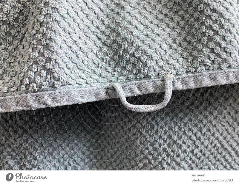 Frisch gewaschenes älteres Frottée-Handtuch auf dem Wäscheständer mit Aufhänger Frotteetuch frotteehandtuch Struktur Stoff duschen Bad Badezimmer abrubbeln
