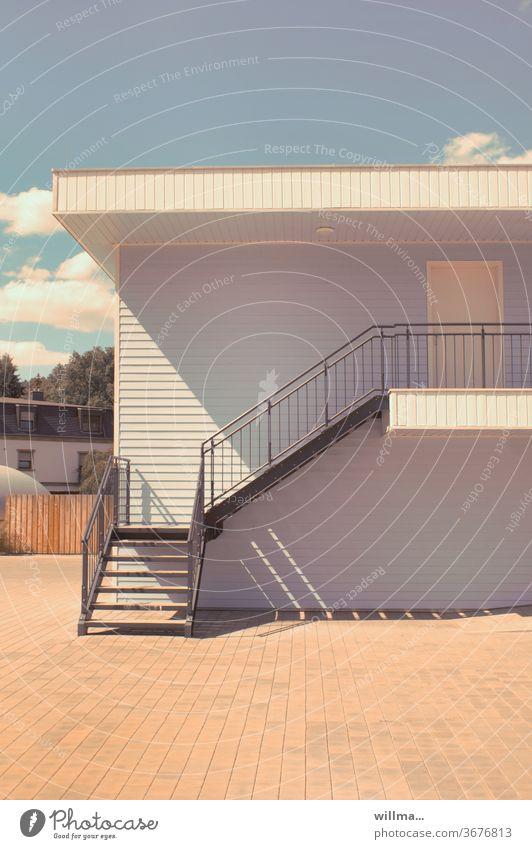 sommmerhaus Holzhaus hellblau weiß Sommer sommerlich Treppe Haustreppe Stufen Treppengeländer Menschenleer Geländer Treppenabsatz sonnig Bungalow Hausvorplatz