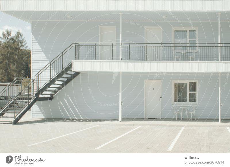 www.wie-willma-wohnt.de Holzhaus hellblau weiß sommerlich Treppe Treppengeländer Menschenleer sonnig Hausvorplatz einladend sauber schlicht Architektur Geländer