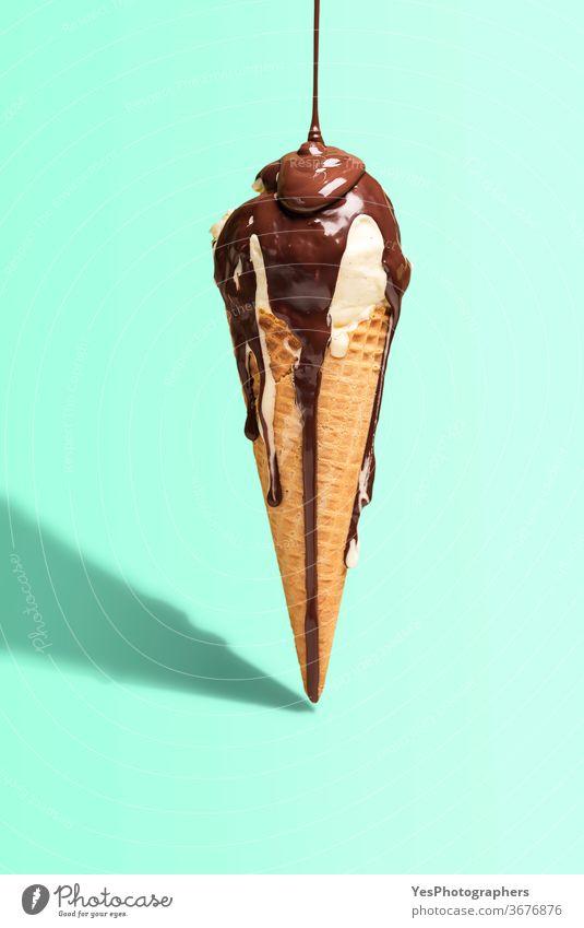 Vanilleeistüte mit Tropfschokolade. Eiscreme mit Topping. Tropfende geschmolzene Schokolade Hintergrund hell Farbe Zapfen Textfreiraum ausschneiden Molkerei