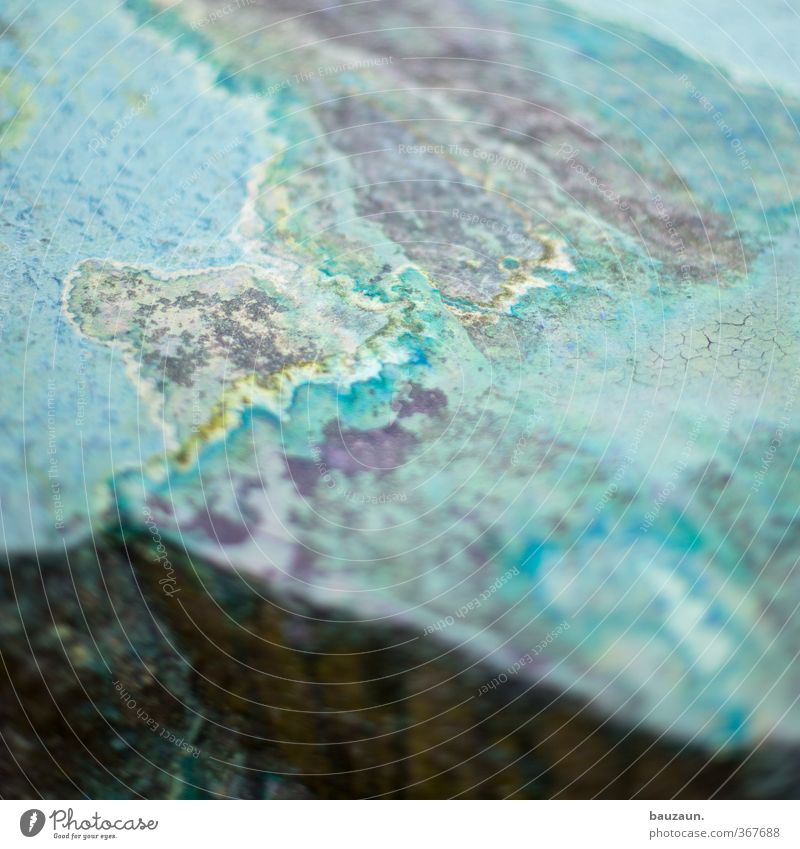 on the rock. Mikrokonfetti Stein Linie Streifen blau mehrfarbig gelb grau grün Farbe Farbfoto Außenaufnahme Menschenleer Textfreiraum links Textfreiraum rechts