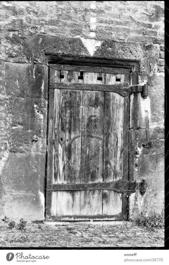 alte Türe Linie analog rustikal antik Trödel Ulm Heimat Pfeil verfaulen Schwarzweißfoto geschlossen altehrwürdig Architektur