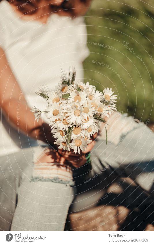 Blumenstrauß aus Margeriten gehalten von Frau mit zerrissener Jeans margeriten Natur Blüte weiß Frühling Gänseblümchen natürlich grün schön Sommer frisch gelb