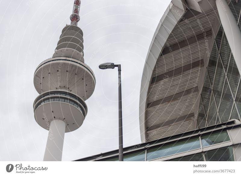 Lampe, Turm und Halle im Dreiklang Architektur Straßenbeleuchtung Fernsehturm Fernmeldeturm Stadtzentrum Straßenlaterne Laterne Wahrzeichen Bauwerk Himmel