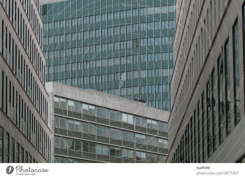 verkeilte Hochhausschluchten wirken bedrückend auf den Betrachter Fassade Gebäude Traurigkeit Einsamkeit Frustration trist dunkel bedrohlich Bankgebäude