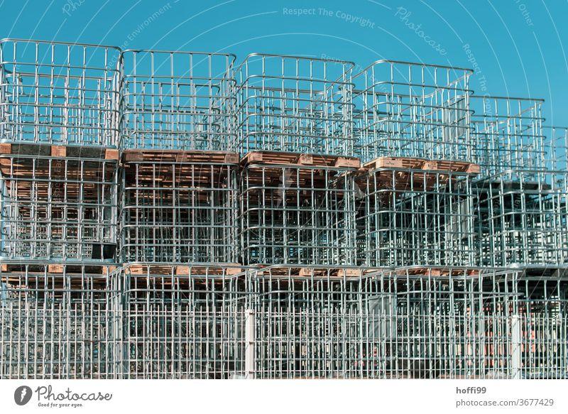ein Stapel von Paletten mit Behältereinfassung EInfassung Logistik Transport Europalette Baustelle Lager Güterverkehr & Logistik baustellenversorgung Lagerhalle
