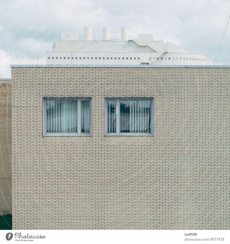 zwei Fenster mit Überbau - kein Schiff wird kommen ... Jalousie minimalistisch Gebäude Fassade retro Klischee trist Stadt dunkel dreckig modern Langeweile