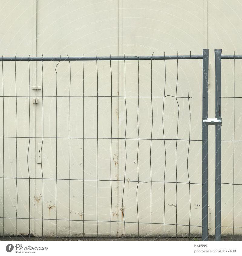 Absperrgitter mit Defiziten - alles hat ein Ende Schutz Zaun Gitter Metallzaun Barriere Bauzaun Gitterzaun Absperrung eingezäunt Kein Durchgang Kontrolle