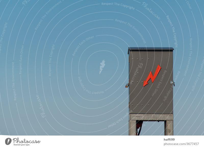 roter Blitz am Schrank in luftiger Höhe Strom Warnhinweis Hochspannungsleitung Kabel Elektrizität Leitung elektronisch Draht Energie Technik & Technologie Kraft