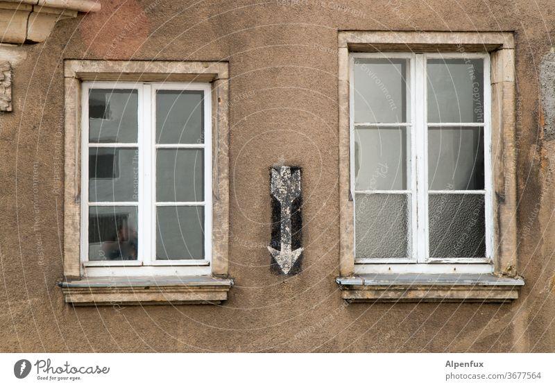 der große und der kleine Fenster Fassade Haus Gebäude Außenaufnahme alt Wand Architektur Altstadt trist Häusliches Leben historisch Bauwerk Mauer Farbfoto