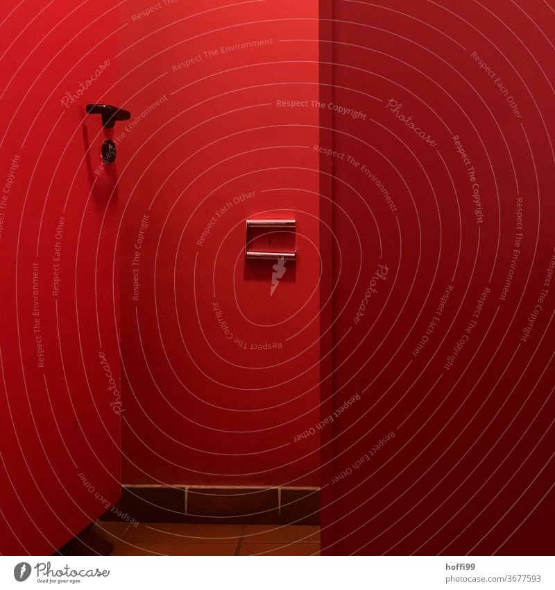 Rotlicht Örtchen - kein Klopapier mehr da ... Toilette WC rot roter Raum Toilettenpapier Bad wc Papier Fliesen u. Kacheln notstand