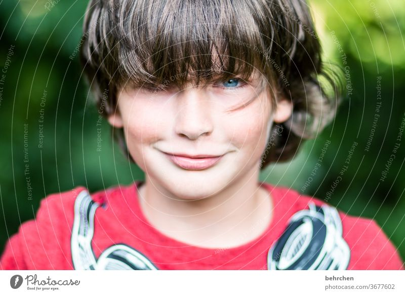 lieblingsmensch | charmebolzen Coolness frech lange Haare Farbfoto Familie Nahaufnahme Porträt Kontrast Licht Tag Gesicht Kindheit Junge Sonnenlicht