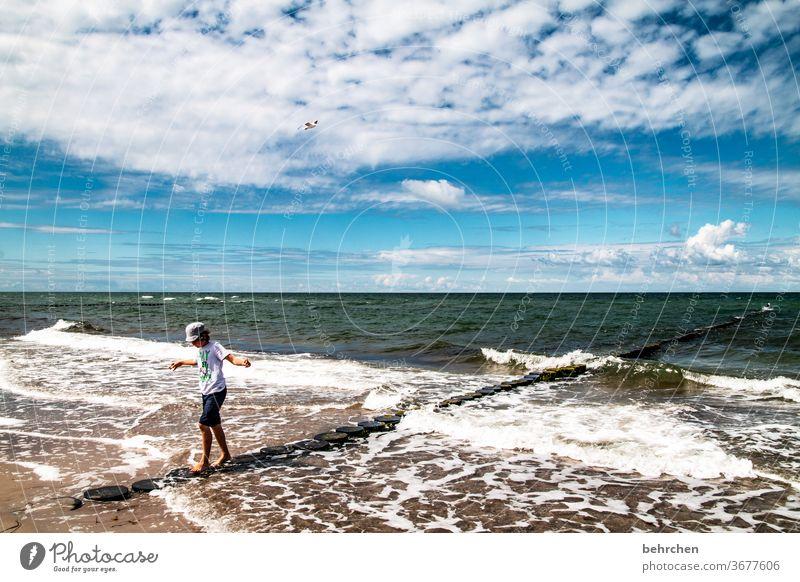 immer schön im gleichgewicht bleiben Spielen frei Freiheit genießen entspannen erholen Wolken Fischland-Darß Deutschland Erholung Buhne balancieren Tourismus
