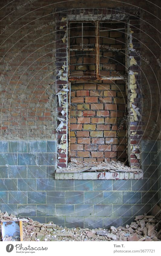 Fenster ohne Aussicht gemauert zugemauert Mauer Wand Außenaufnahme Fassade Menschenleer Farbfoto Haus Tag alt Gebäude trist kaputt Ruine Ruinen Verfall