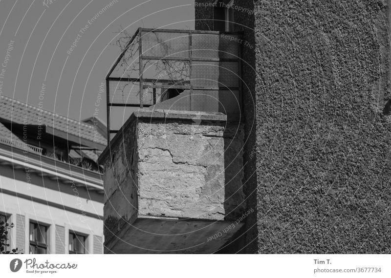Urlaub auf Balkonien Prenzlauer Berg Berlin Schwarzweißfoto Stadt Hauptstadt Stadtzentrum Altstadt Außenaufnahme Menschenleer Tag Haus Fenster Altbau Bauwerk