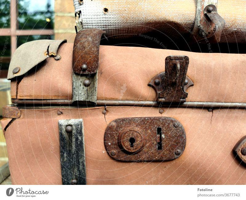 Koffer, die schon so viel erlebt haben. Ferien & Urlaub & Reisen Gepäck Ausflug Tourismus Farbfoto Außenaufnahme Lifestyle retro altehrwürdig Stoff Kunststoff