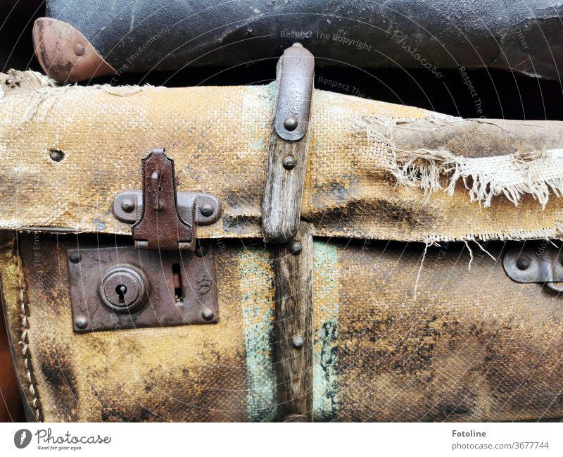 Wenn einer eine Reise tut, der hat was zu erzählen - oder alte Koffer Ferien & Urlaub & Reisen Gepäck Ausflug Tourismus Farbfoto Außenaufnahme Lifestyle retro