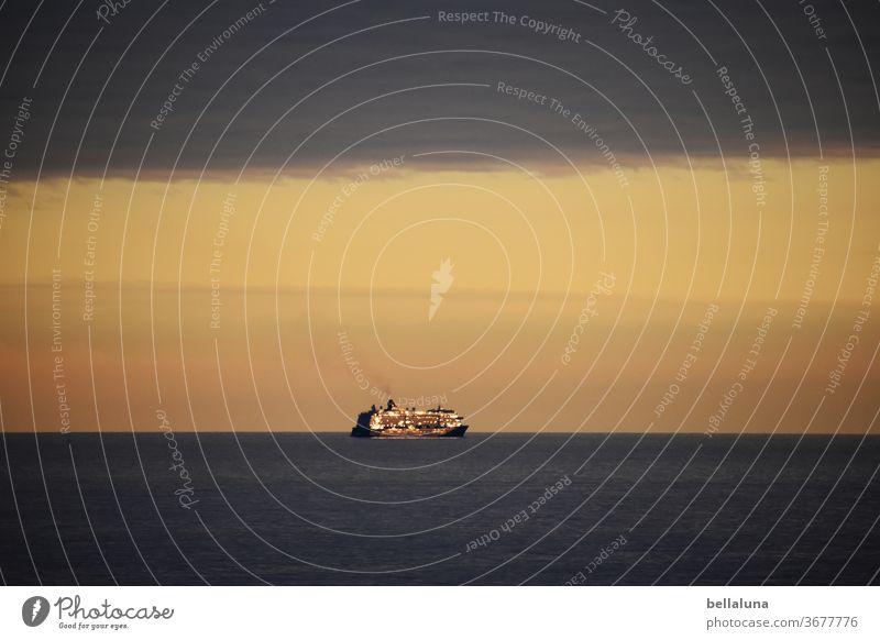 Schiff auf hoher See - wir reiten in den Sonnenuntergang Meer Wasser Wellen blau Himmel Wolken Ferien & Urlaub & Reisen Küste Sommer Menschenleer Schönes Wetter