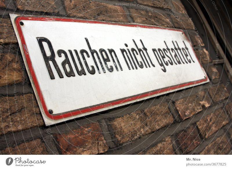 Rauchen nicht gestattet Rauchen verboten Schilder & Markierungen Verbote Hinweisschild Tabakwaren rauchfrei Typographie Sucht Mauer Wand Fassade Gesundheit