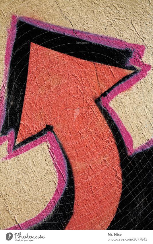 roter Pfeil auf einer wand der nach links oben zeigt Graffiti Wand Zeichen Richtung richtungweisend Orientierung Wegweiser zeigen Hinweis schwarz nach oben