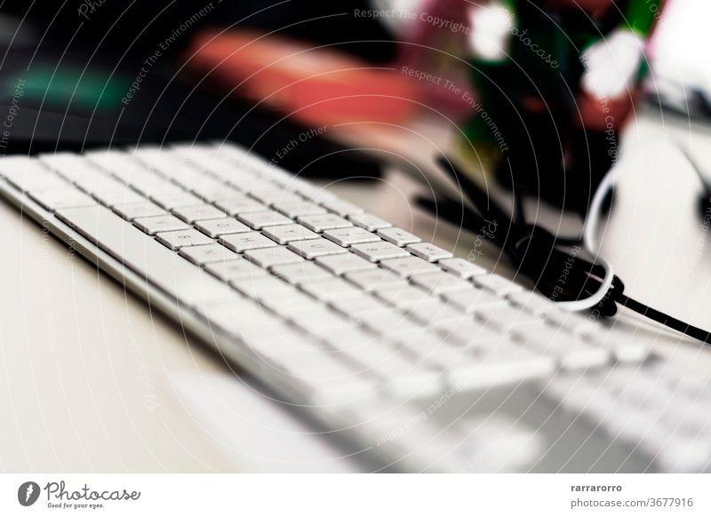 eine moderne graue Computertastatur mit weißen Tasten auf einem Bürotisch. Keyboard Technik & Technologie Business Schaltfläche Brief Gerät Nahaufnahme Alphabet