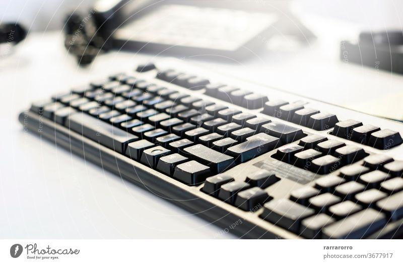 eine schwarze Computertastatur auf einem Bürotisch. Technik & Technologie Keyboard Taste Hintergrund Business Schaltfläche Internet Nahaufnahme Mitteilung