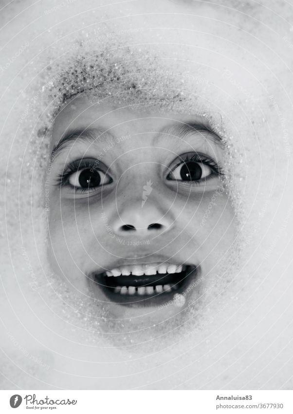 Schaumbad Wasser Badewanne Schwarzweißfoto Auge lachen Gesicht Kind spass Kindheit baden plantschen Freude Badezimmer Lächeln