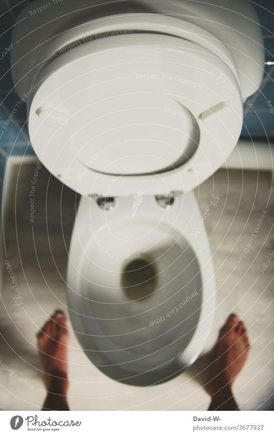 im stehen pinkeln Mann männlich typisch typisch Mann Toilette urinieren Klo verboten Toilettendeckel stehend Harndrang volle Blase auf toilette benutzen Bad