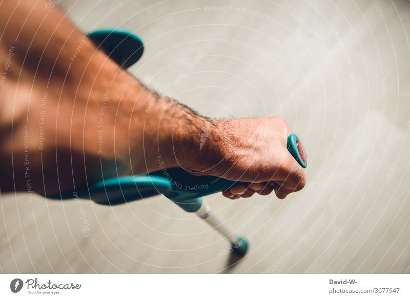 Verletzung - Mensch mit Krücke / Unterarmgehstütze Mann verletzt Krank krankgeschrieben ausfall Unfall Gesundheit Schmerz Gesundheitswesen Bruch Beinbruch alter