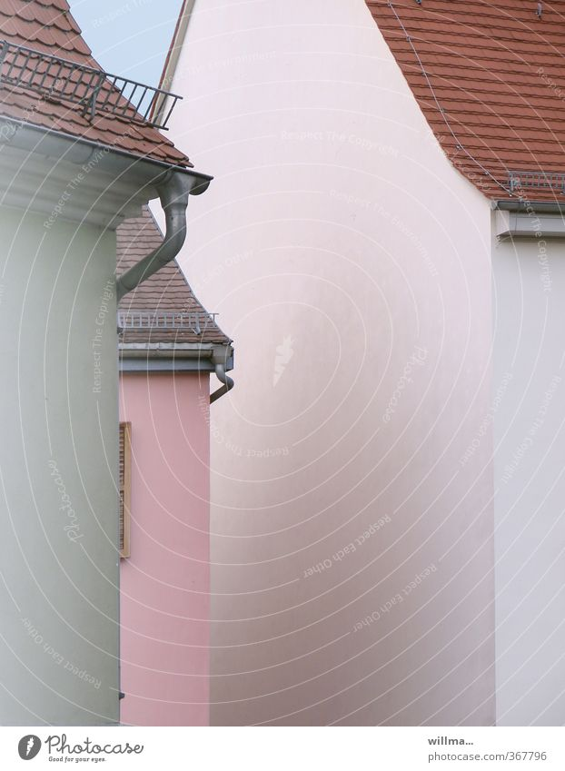stadtgeflüster Dorf Kleinstadt Haus Bauwerk Gebäude Architektur Fassade Dachrinne Dachgiebel rosa weiß eng Farbfoto Außenaufnahme Menschenleer