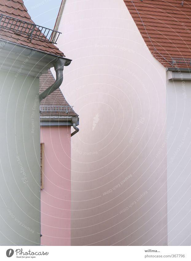 stadtgeflüster weiß Haus rosa Fassade Dorf eng Kleinstadt Dachrinne Dachgiebel