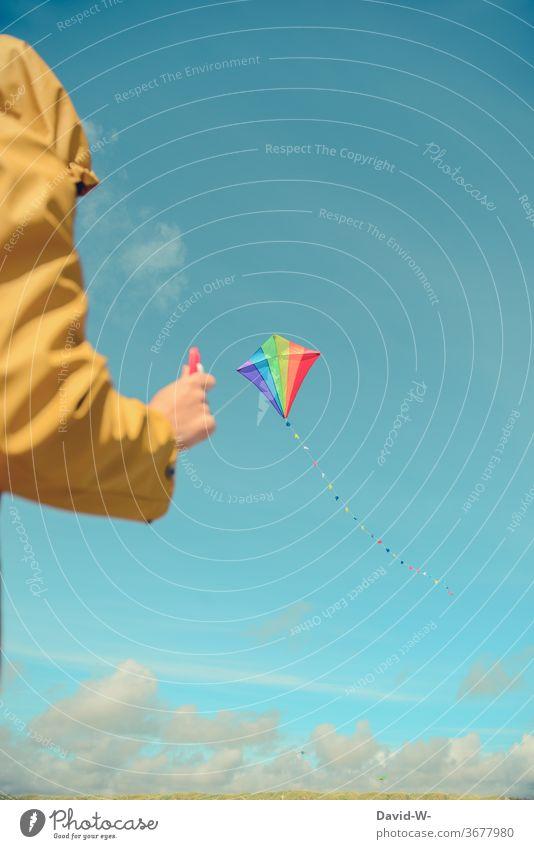 Drachen steigen lassen drachensteigen fliegen Frau Mann oben bunt freude Spaß Himmel blau friesennerz Wind