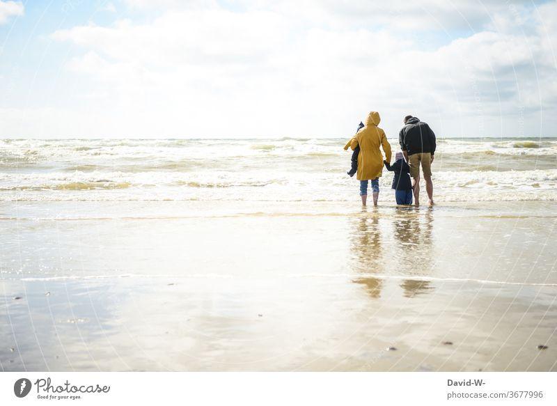 Famile macht Urlaub am Meer Familie Ozean Familienausflug Familienzeit Eltern Kinder Mutter Vater Zusammensein gemeinsam Freude Begeisterung