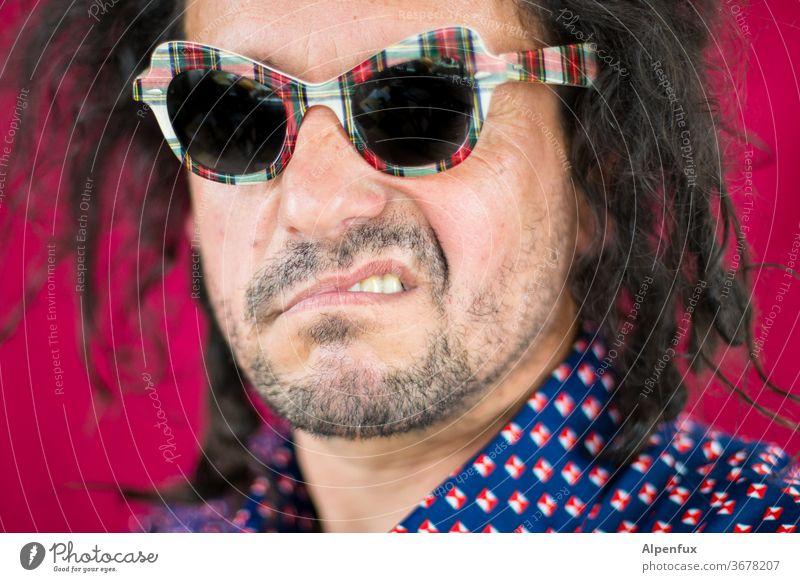 verärgerter Kaukasier Sonnenbrille männlich Portrait Innenaufnahme Farbfoto retro Machogehabe Mann maskulin Erwachsener Mensch Person Lifestyle Porträt