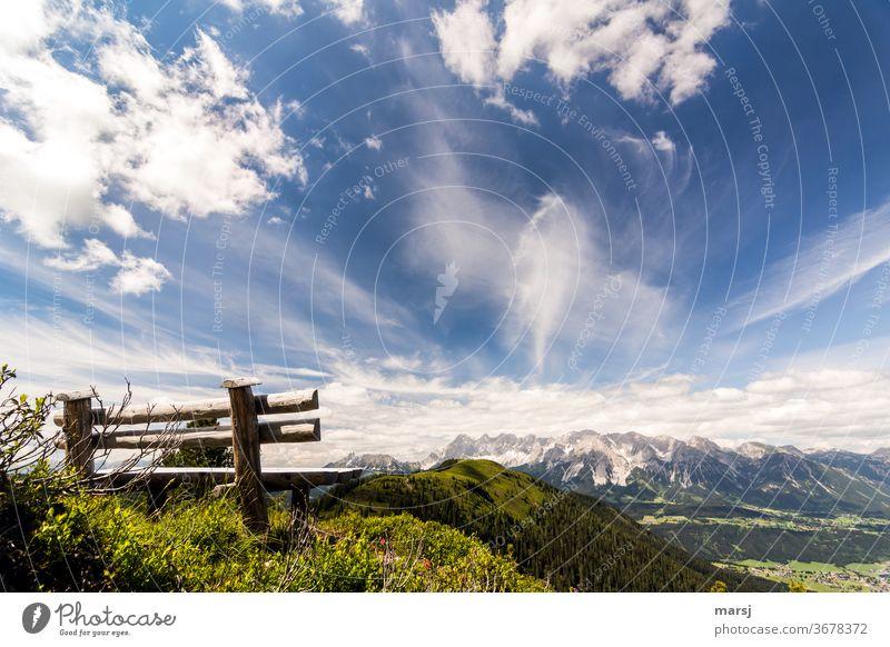 Holzbank mit Blick zur Hochwurzen, dem Dachsteinmassiv und runter nach Schladming Ennstaler Alpen Bank Landschaft Natur wandern Berge u. Gebirge Freiheit Ferne