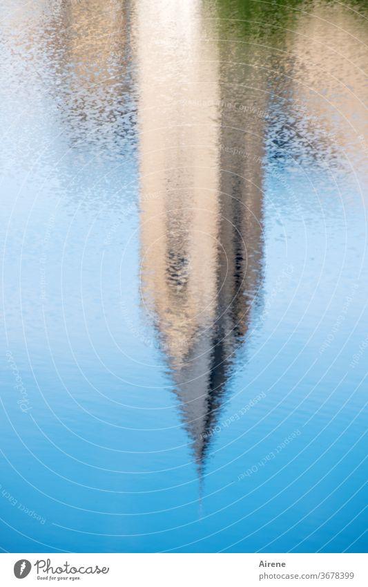 Spitzen Spiegelung Turm See Reflexion & Spiegelung Teich blau Wasser Kirche Himmel Idylle Wasserspiegelung schönes Wetter Wasseroberfläche Spiegelung im Wasser