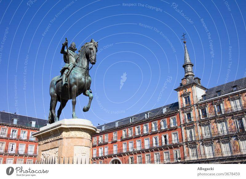 Statue von König Philipp III. auf der Plaza Mayor in Madrid Spanien Wahrzeichen historisch Reiterin Bronze Bürgermeister alt Spanisch Kultur Erbe Europa