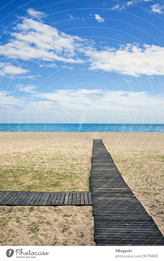 Strand mit Holzpromenade an der Costa del Sol in Marbella, Spanien MEER Meer Urlaub Natur Ufer sandig Sand mediterran copyspace Horizont Wasser Freizeit Küste