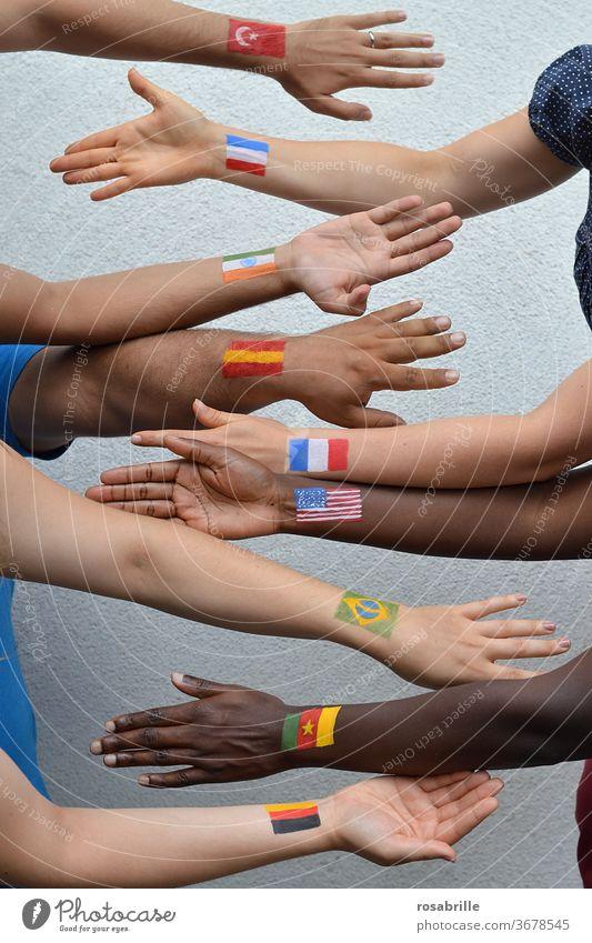 Menschen aus verschiedenen Ländern | Nachbarschaften international Nationen unterschiedlich gemeinsam Flaggen Fahnen Arme Hände miteinander zusammen Diversität