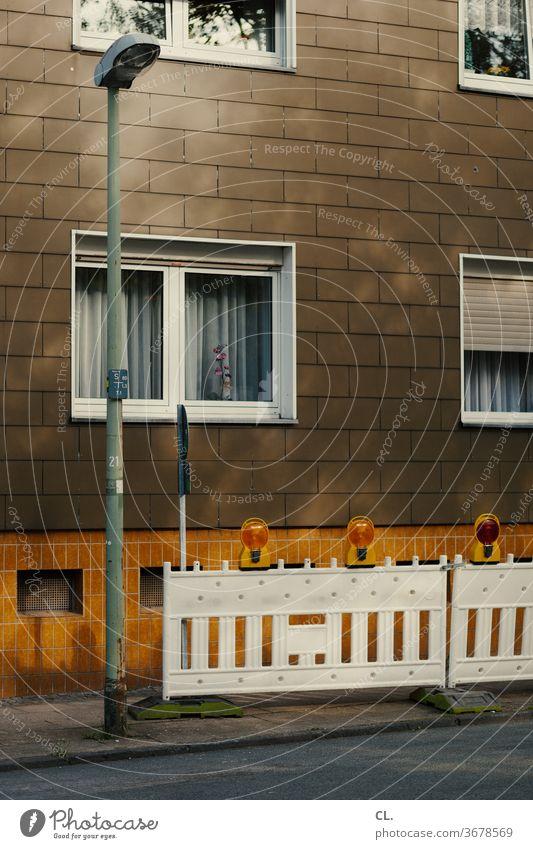 baustelle Baustelle Haus Straße Straßenlaterne Absperrung trist braun gelb Fenster Fassade Menschenleer
