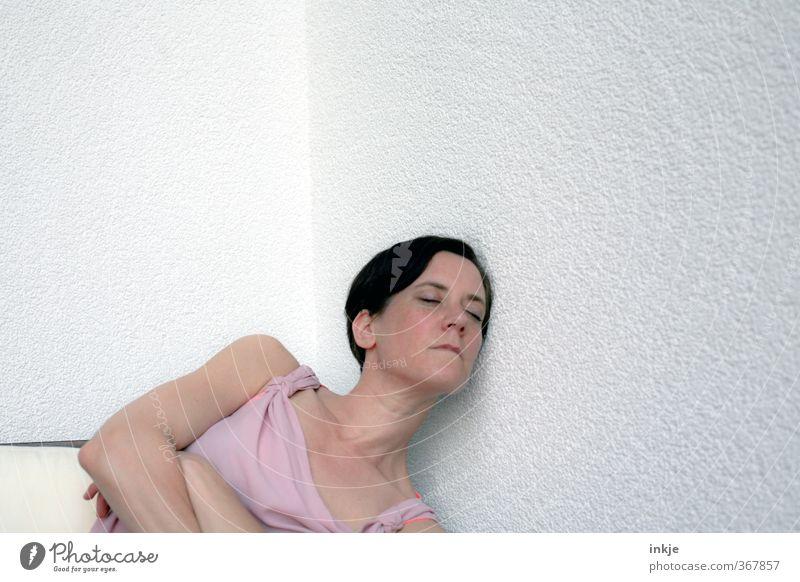 Rauputzromantik Mensch Frau Erholung ruhig Erwachsene Gesicht Wand Leben Gefühle Mauer Kopf Stil träumen liegen Fassade Freizeit & Hobby