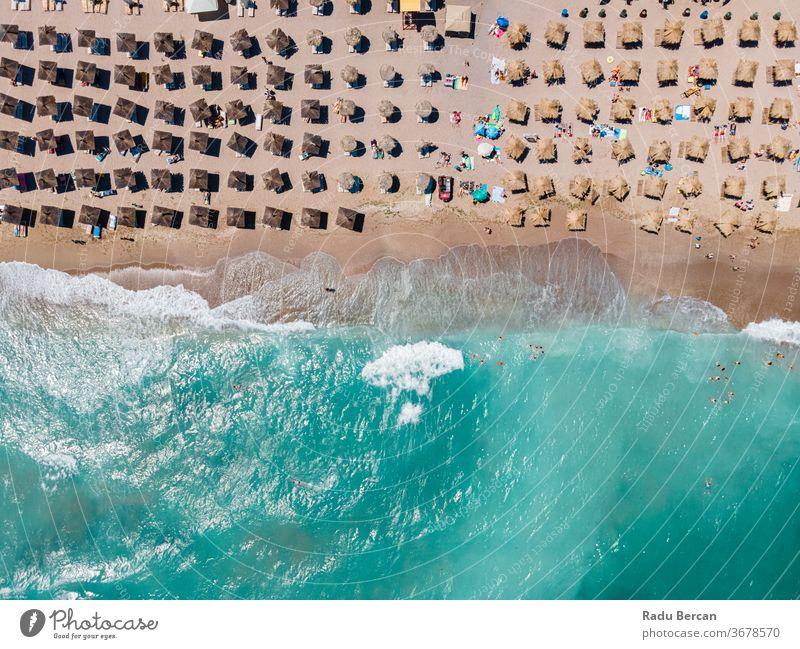 Strand aus der Luft, Menschen und Schirme zur Strandfotografie, blaue Meereslandschaft, Meereswellen Antenne Ansicht Sand Hintergrund Wasser MEER Urlaub reisen