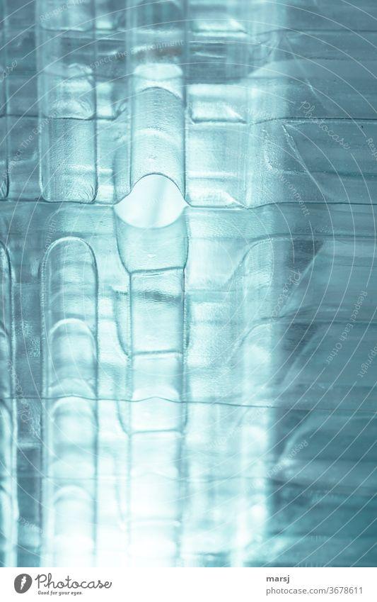 Gestapelter Plastikmüll als Kunstwerk Strukturen & Formen durchscheinend blau unkenntlich abstrakt durchsichtig Innenaufnahme Experiment Muster anders