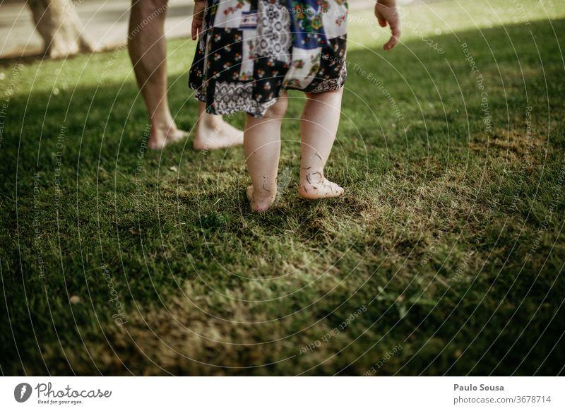 Vater mit Tochter barfuss auf Gras Barfuß Vaterschaft Vater mit Kind Familie & Verwandtschaft Kindheit Zusammensein Außenaufnahme Ferien & Urlaub & Reisen