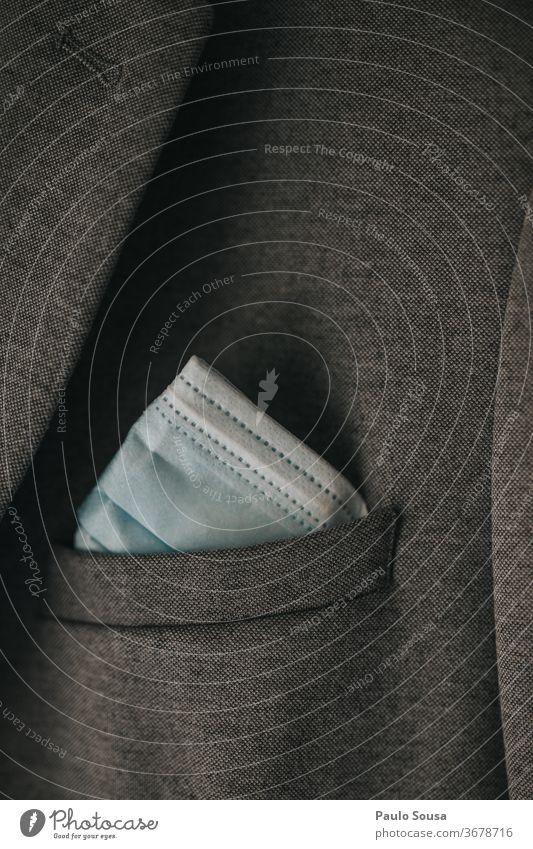 Nahaufnahme Gesicht Maske im Anzug Jackentasche Tasche Mann Bekleidung Stoff Stil Detailaufnahme Arbeit & Erwerbstätigkeit Mode Menschenleer Textil Anschnitt